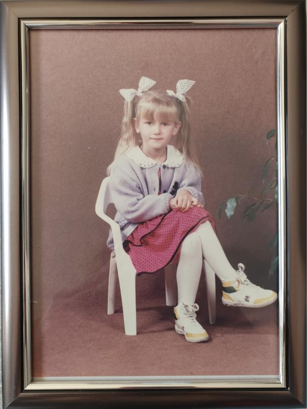 Sara im Kindergartenalter, schüchtern und zurückhaltend, ganz weit entfernt von der Offenheit einer Fitness-Influencerin.