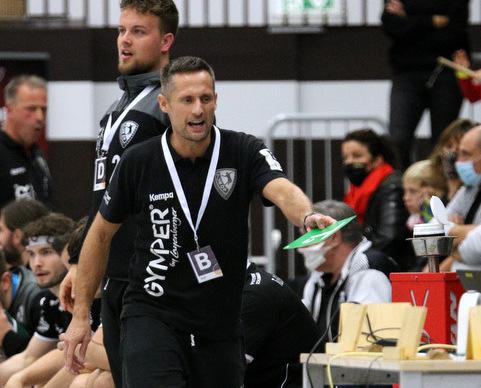 Steffen Ecker, der Trainer der Dansenberger Handballer, an der Seitenlinie in Aktion.