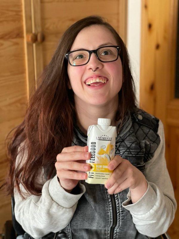 Nina mit einem Fit+Feelgood-Fixfertig-Drink