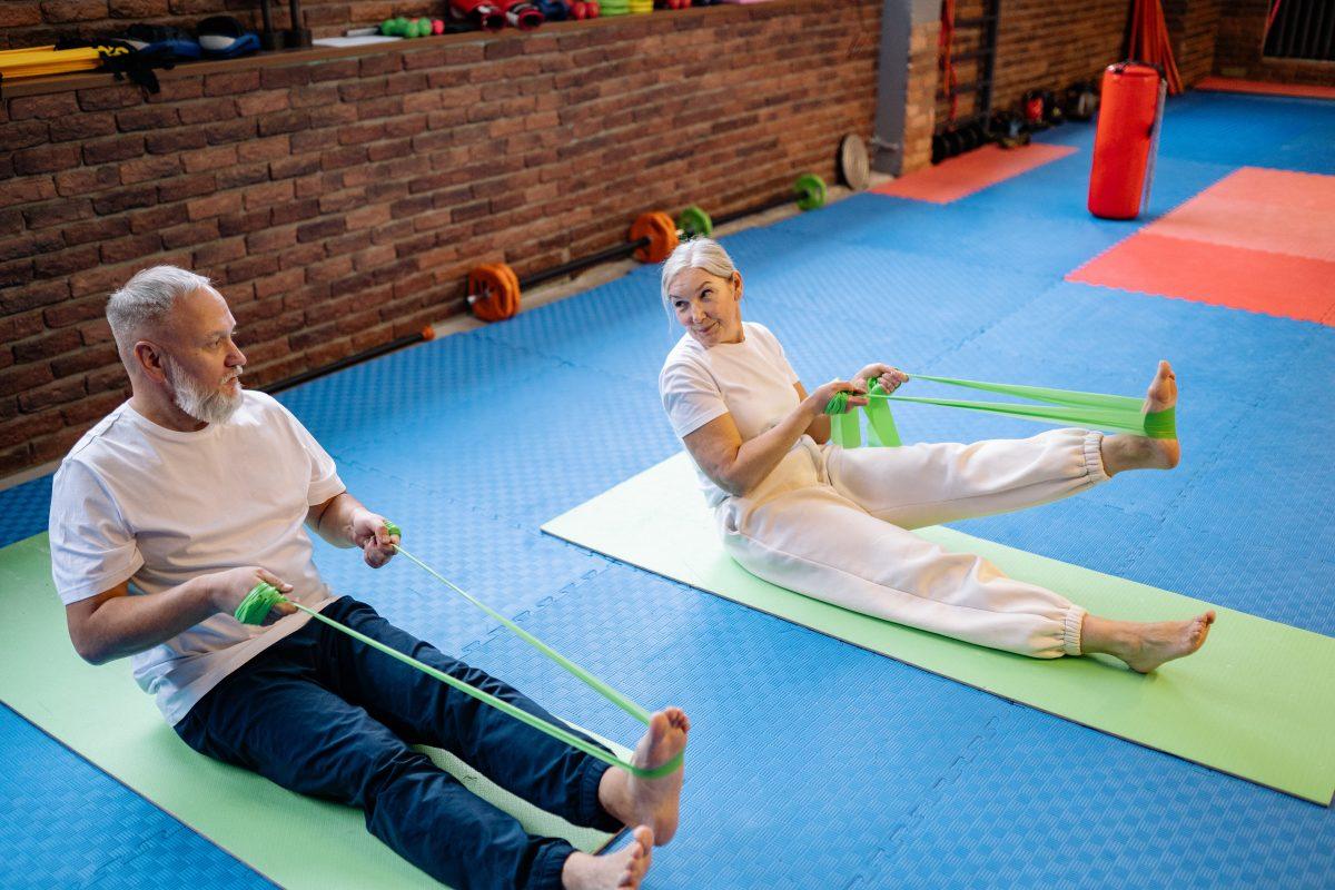 Ein älteres Paar beim Fitness-Training.