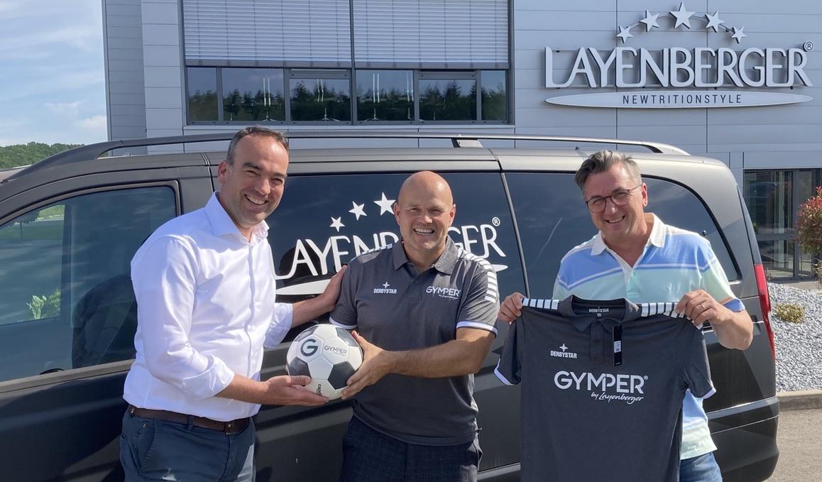 Michael Weinand, Michael Busse und Thomas Feierabend bei der Übergabe des Layenberger-Kleinbusses an das Fussicamp Mallorca.