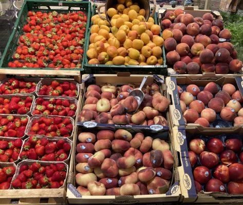 Sechs verschiedene Obstsorten zum Verkauf aufgebaut.