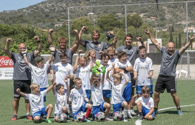 Fröhlich jubelnde Kinder im Fussicamp Mallorca.