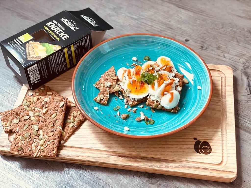 Das Layenberger High Protein Knäckebrot Käse Kürbiskern mit Ei und Frischkäse.