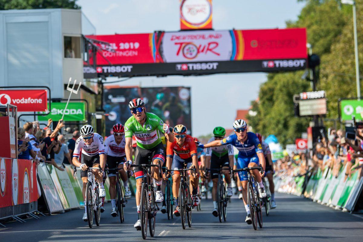 Die Sieger einer Deutschland-Tour-Etappe direkt hinter dem Zielstrich.