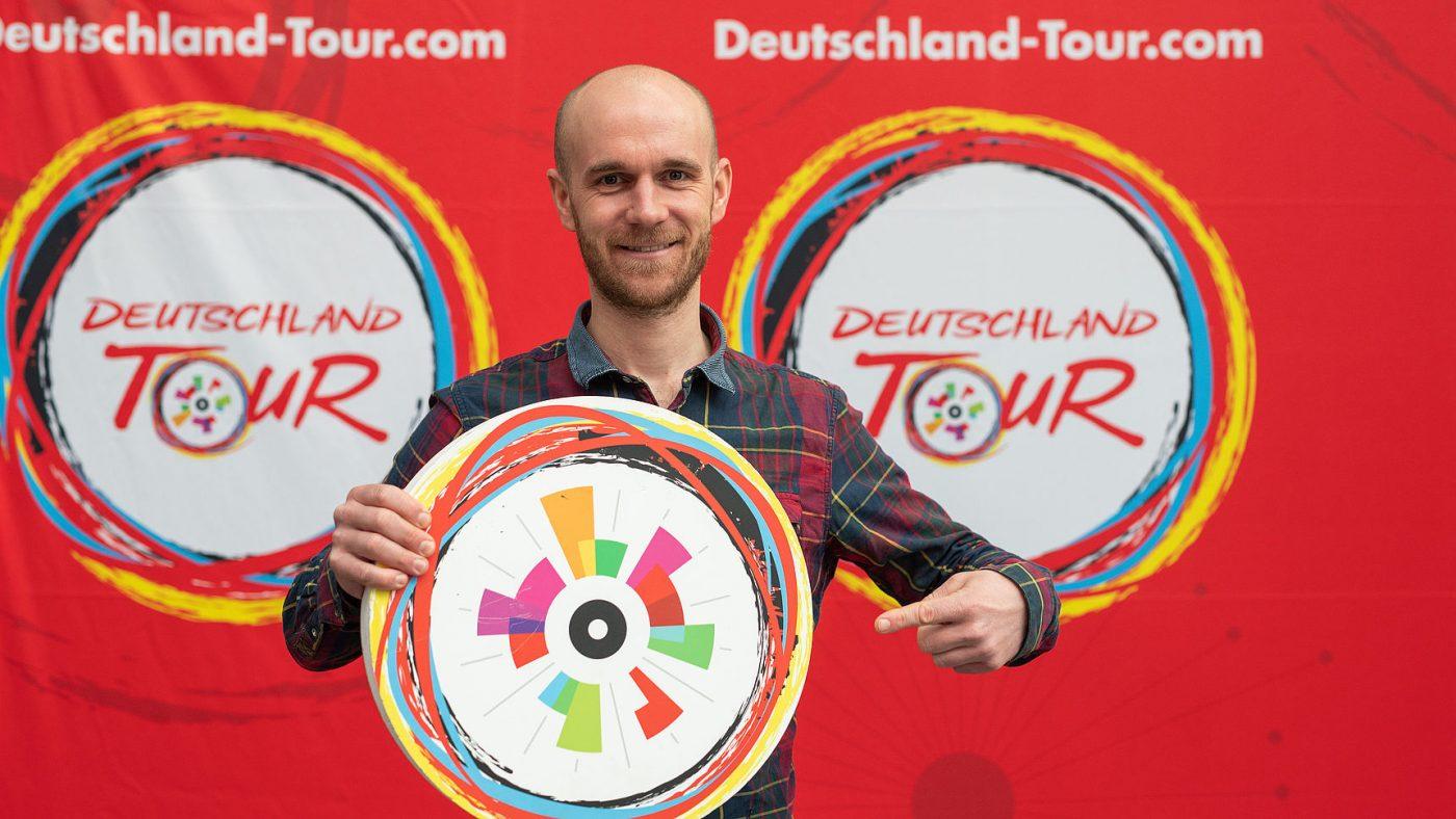 Ex-Radprofi Johannes Fröhlinger mit dem Deutschland Tour Logo und dem Logo der Jedermann Tour