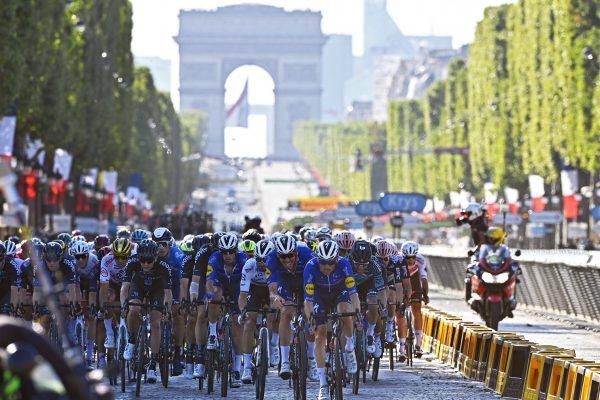 Radsportler auf der Avenue des Champs Élysées in Paris, im Hintergrund der Triumphbogen.