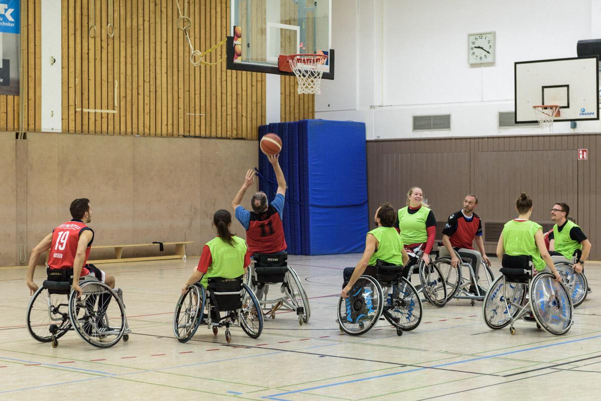 Die Rollstuhl-Basketballer in Aktion.